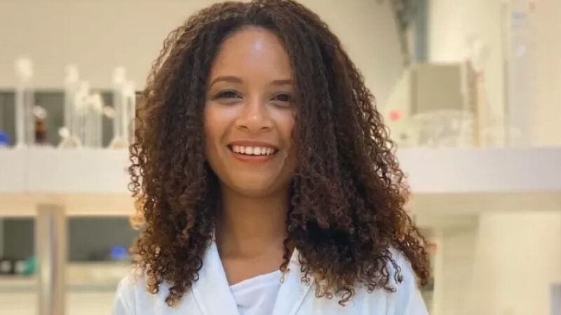 Cientista que estudou com livros do lixo pesquisa tratamento para asma