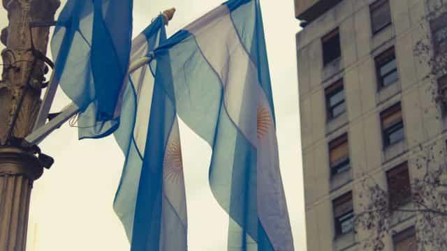 Argentina volta a congelar preços para tentar conter inflação