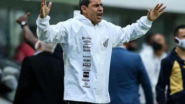 Fábio Carille evita falar de arbitragem e lamenta falhas no jogo aéreo do Santos